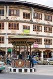 Główna Thimphu ulica z ludzkim światła ruchu Zdjęcia Royalty Free