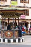 Główna Thimphu ulica z ludzkim światła ruchu Zdjęcie Royalty Free