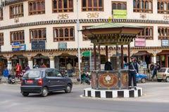Główna Thimphu ulica z ludzkim światła ruchu Obrazy Stock