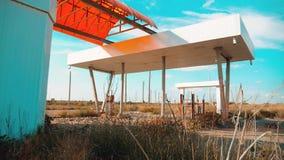 główna ulica America 66 trasy kryzys drogi 66 zwolnionego tempa tankuje wideo Stary brudzi opustoszałą benzynową stację U S zamkn zbiory wideo