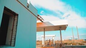 główna ulica America 66 trasy kryzys drogi 66 zwolnionego tempa tankuje wideo Stary brudzi opustoszałą benzynową stację U S zamkn zdjęcie wideo
