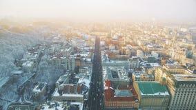 Główna ulica stary miasteczko przy wzgórze stopą w zima ranku zbiory wideo
