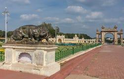 Głównej Bramy i lwicy statua w ogródzie Mysore pałac Zdjęcie Royalty Free