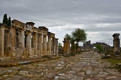 Głównej kolumnadowej drogi f antyczny rzymski miasto Hierapolis obrazy royalty free
