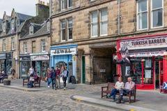 Głównej ulicy miasta średniowieczny St Andrews z zakupów ludźmi zdjęcia stock