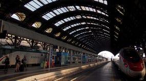 Główny dworzec Mediolan z fotografia mknącymi turystami obrazy stock