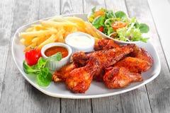 Główny naczynie z pieczonym kurczakiem, dłoniakami i Veggies, Obrazy Royalty Free
