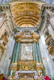 Główny ołtarz z ` Święta rodzina z świętym John baptysta i jego Wychowywa ` Domenico Guidi w kościół Sant ` Agnese w A, obraz stock