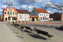 Główny plac Bauska miasteczko z ławkami i kolorów starymi domami Zdjęcie Stock