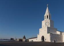 Główny Spasskaya wierza Kazan Kremlin, główne wejście i duży stuknięcie z dzwonnicą w wczesnym zima ranku Fotografia Royalty Free