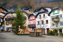 Główny targowy kwadrat z tradycyjnymi domami w sławnej dziedzictwo kulturowe wiosce Hallstatt w Austria, Europa zdjęcia stock