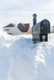 Głębocy dryfy zakopują skrzynkę pocztowa nowożytny dom Obrazy Royalty Free
