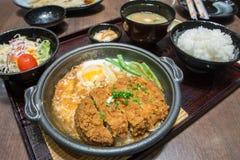 Głęboka Podpalająca wieprzowina gotował się z świeżym jajko wierzchołkiem na ryżowym pucharze Obraz Royalty Free