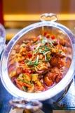 Głęboka Smażąca ryba z nerkodrzew dokrętkami, cukierki i podśmietania źródłem na Buffe, Obrazy Royalty Free