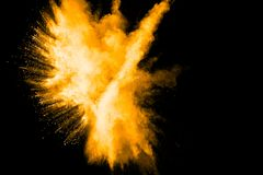 Głęboki - żółta koloru proszka wybuchu chmura odizolowywająca na czarnym tle Obraz Stock