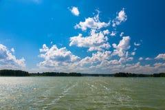 Głęboki błękitny chmurny niebo nad Sniardwy jeziorem Zdjęcie Royalty Free