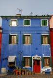 Głęboki błękitny koloru dom w Burano w zarządzie miasta Wenecja w Włochy Obraz Royalty Free