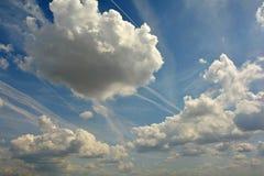 Głęboki Błękitny lata niebo z oryginał chmurami 2 zdjęcia royalty free