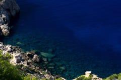Głęboki błękitny morze i skały Obraz Stock