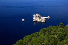 Głęboki błękitny morze i skały Zdjęcia Stock