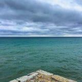 Głęboki błękitny morze spotyka burzowego niebo Obrazy Stock
