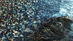 Głęboki błękitny wody morskiej bicie skalista linia brzegowa Zamyka w górę oceanu łamania fala zbiory