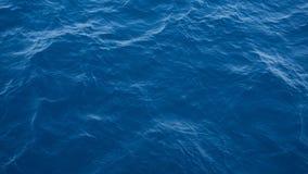 Głęboki błękitny wody morskiej tekstury widok od wierzchołka obrazy stock