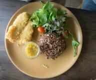 Głęboki Smażący Dolly Rybi stek z kumberlandu fertania basilu crispy ziele ho Zdjęcie Royalty Free