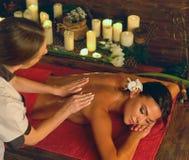 Głęboki tkankowy masażu traktowanie w Ayurveda kobieta w zdroju salonie fotografia stock