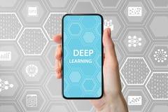 Głęboki uczenie pojęcie Wręcza trzymać nowożytnego bezszkieletowego smartphone z ikonami w tle zdjęcia stock