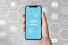 Głęboki uczenie pojęcie Wręcza trzymać nowożytnego bezszkieletowego smartphone z ikonami w tle obraz stock