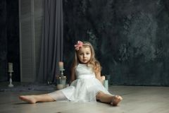 Głęboki widok przygląda się portret mała dziewczynka obraz royalty free