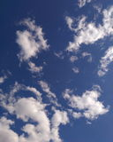 Głębokie niebieskiego nieba i bielu chmury Obraz Royalty Free