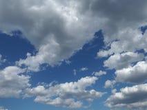 Głębokie niebieskiego nieba i bielu chmury Zdjęcie Royalty Free