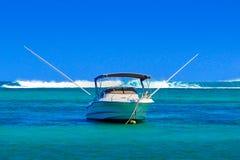 Głębokiego morza łódź rybacka przy kotwicą obraz royalty free