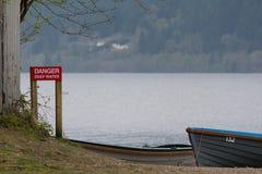 Głębokiej wody czerwieni znak blisko Loch Ness jeziora, Szkocja Zdjęcie Stock