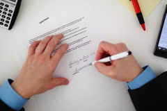 głębokość kontraktowego pola płycizny podpisanie zdjęcia stock