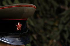 głębokość pola płytki Symbol Radziecki żołnierz: nakrętka z pięcioramienną gwiazdą Oficer USSR podczas Wielkiego patriota obraz royalty free