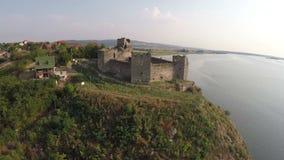 Gładki lot nad promem, tawerną i starym fortecą, zdjęcie wideo