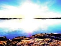 Gładki wieczór morze między granitowymi skałami Pokojowy tło z Spokojną spokój wodą Obraz Stock