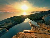 Gładki wieczór morze między granitowymi skałami Pokojowy tło z Spokojną spokój wodą Obrazy Stock