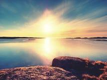 Gładki wieczór morze między granitowymi skałami Pokojowy tło z Spokojną spokój wodą Fotografia Royalty Free