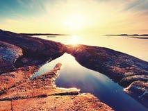 Gładki wieczór morze między granitowymi skałami Pokojowy tło z Spokojną spokój wodą Obraz Royalty Free