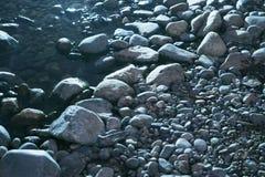 Gładkie wodne być ubranym skały lub kamienie w riverbed fotografia stock