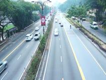 Gładzi ruch drogowego przy autostradą zbiory wideo