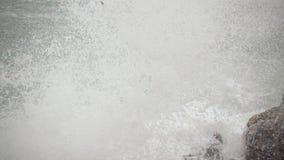 Głazy na brzeg łamają fala wolny mo zdjęcie wideo