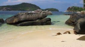 Głazy na plaży Portowy Glaud, Mahe, Seychelles zbiory wideo