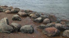 Głazy na riverbank zdjęcie wideo