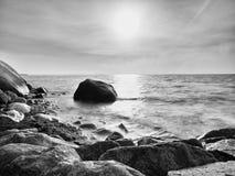 Głazy przy wyspa brzeg wtykają up od gładkiego morza Kamieniści wybrzeży igrania fala fotografia royalty free