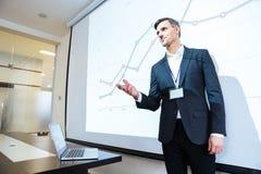 Głośnikowy wykładać na biznesowej konferenci w spotkanie sala zdjęcia stock